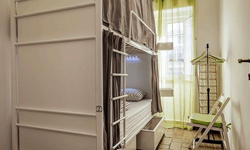 Cama Individual em Dormitório Feminino com 2 Camas